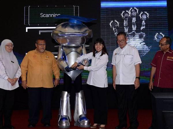 Nie Ching (tiga dari kanan) merasmikan Program Jom Masuk IPT 2020 di Pusat Konvensyen Antarabangsa Persada Johor hari ini. - Foto Bernama