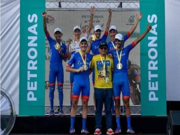 Pasukan benua Malaysia Team Sapura Cycling meraikan kejayaan selepas muncul juara keseluruhan LTdL 2020 di Pekan Kuah Langkawi. - Foto: Bernama