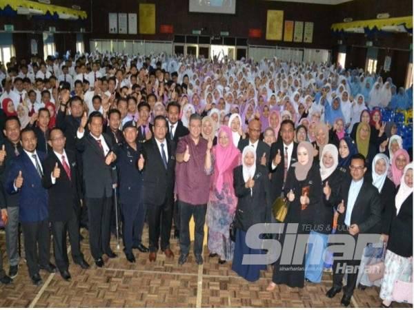 Saifuddin bersama sebahagian daripada 200 pelajar di Sekolah Menengah Kebangsaan Sultanah Hajjah Kalsom hari ini.
