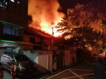 Kebakaran memusnahkan tiga rumah kedai kosong di Lorong Jawa di bandar Seremban malam tadi. - Foto ihsan bomba