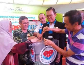 Ronald Sia (dua dari kanan) dan Datuk Mohd Rashid Hasnon (tiga dari kanan) pada majlis Persatuan Kebajikkan Rasa Sayang di  Batu Pahat Mall.