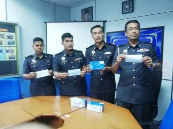 Abdul Mubin (kanan) pada sidang media di pejabat KPDNHEP Cawangan Jerantut hari ini.