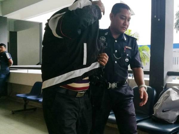 Mohd Zainal ketika dibawa keluar dari Mahkamah Sesyen Kangar, hari ini.