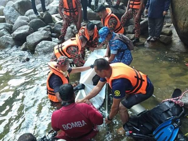 Mangsa ditemui pasukan penyelamat pada jarak empat meter dari lokasi dia dikatakan lemas. - Foto ihsan bomba