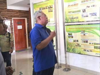 Noh melawat Galeri Inovasi Padi Taman Agroteknologi MARDI Tanjong Karang di sini hari ini.