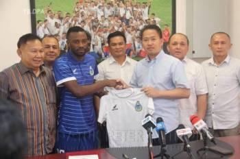Petrus (dua dari kiri) menerima jersi simbolik daripada Anthony selepas majlis menandatangani kontrak. Foto: FB Datuk Peter Anthony