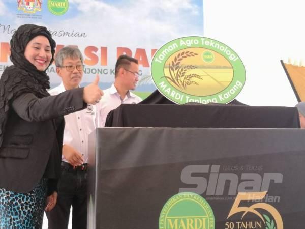 Haslina (kiri) pada Majlis Perasmian Galeri Inovasi Padi Taman Agroteknologi MARDI Tanjong Karang di sini hari ini.