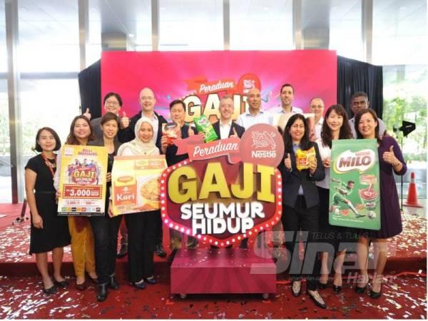 JUAN Aranols (tengah) ketika melancarkan Peraduan Nestlé Gaji Seumur Hidup di Petaling Jaya, baru-baru ini.