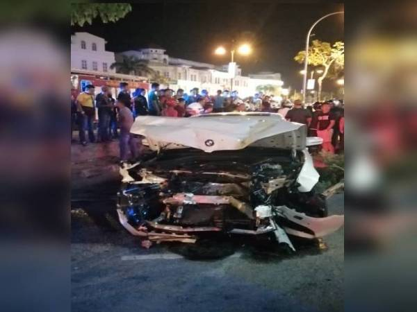 Keadaan kereta jenis BMW yang remuk selepas melanggar empat beranak di Persiaran Sultan Abdul Hamid di sini malam tadi. Foto: Ihsan JBPM