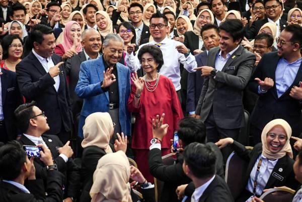 Dr Mahathir dan isteri, Tun Dr Siti Hasmah Mohamad Ali bergambar kenangan bersama peserta pada Program Sekolah Kepimpinan Masa Depan Malaysia (MFLS) fasa ketiga di Pusat Belia Antarabangsa hari ini. - Foto: Bernama