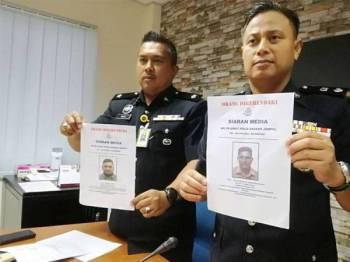 Mohd Khairiel (kanan) dan Timbalan Ketua Polis daerah Jempol, Deputi Superintendan Mohd Hafiz Muhammad Nor menunjukkan gambar Apu dan Kongki.