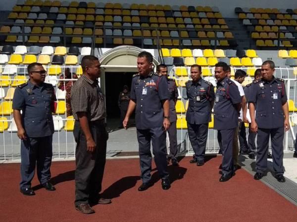 Azmi (tiga dari kiri) meninjau dan memeriksa beberapa tempat di dalam Stadium Perak bersama-sama pegawai bomba bagi memastikan stadium tersebut selamat digunakan untuk perlawanan Liga Super nanti.