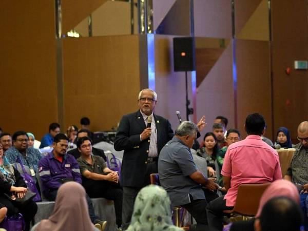Timbalan Menteri Sumber Manusia Datuk Mahfuz Omar menjawab soalan para peserta pada Program Town Hall Kementerian Sumber Manusia hari ini. - -fotoBERNAMA