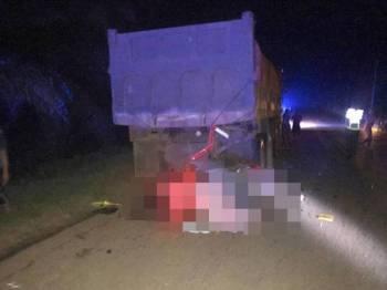 Keadaan motosikal mangsa yang merempuh belakang lori rosak di tepi jalan dalam kejadian di Kilometer 161 Jalan Jerangau-Jabor (selepas ladang Perwira) di sini, malam tadi. FOTO: Ihsan IPD Kemaman.
