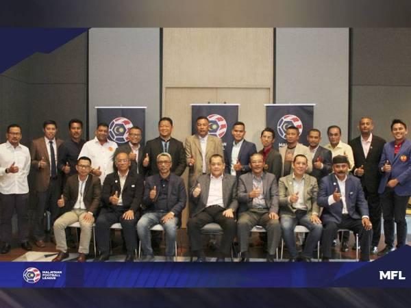 Presiden MFL, Datuk Hamidin Mohd Amin (duduk, tengah) dan Ab Ghani (duduk, tiga dari kanan) bersama Ahli Lembaga Pengarah MFL dan barisan wakil pemegang taruh Liga-M selepas Mesyuarat Lembaga Pengarah MFL ke-20.