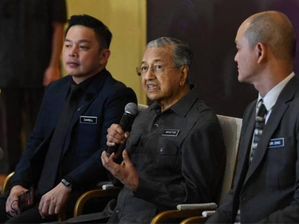 Dr Mahathir bercakap pada Sidang Media Majlis Pelancaran Dasar Automotif Nasional (NAP 2020) di Kementerian Perdagangan Antarabangsa dan Industri (MITI) hari ini yang turut dihadiri Darell (kiri) dan Dr Kian Ming (kanan). - Foto Bernama