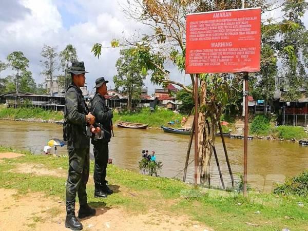 Papan tanda peringatan sudah lama dipasang berkaitan kesalahan menyeberangi sempadan tanpa dokumen perjalanan yang sah
