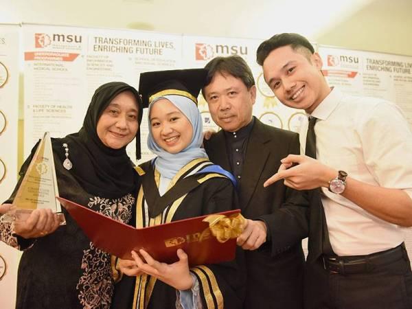 Aleaa Nur Insyirah (dua,kiri) bersama ibu bapa dan salah seorang abangnya yang turut menuntut di MSU. -Foto Ihsan MSU