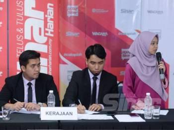 Anis Afina (kanan) ketika membahaskan hujahnya.