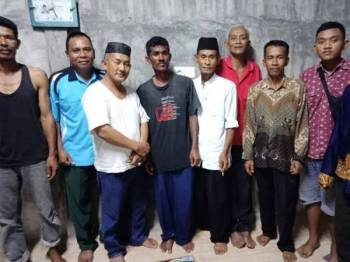 Rashid (empat dari kiri) bergambar bersama penduduk Kampung Pambang, Bengkalis Indonesia yang membantunya selepas hanyut ketika menangkap ikan di Perairan Rengit Batu Pahat.