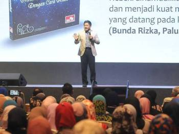 Pengasas Magnet Rezeki, Nasrullah Najmudin ketika di Mega Seminar Magnet Rezeki Reset Minda yang disertai lebih 2,000 peserta anjuran Syakirin Souls Transformation (SST), yang di adakan di Bangi Aveneu Convention Centre (BACC). - FOTO ROSLI TALIB