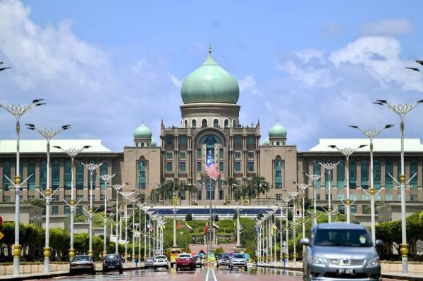 Bangunan Perdana Putra yang menempatkan pejabat bekas Perdana Menteri, Tun Dr Mahathir Mohamad di Presint 1, di sini. -Foto Bernama