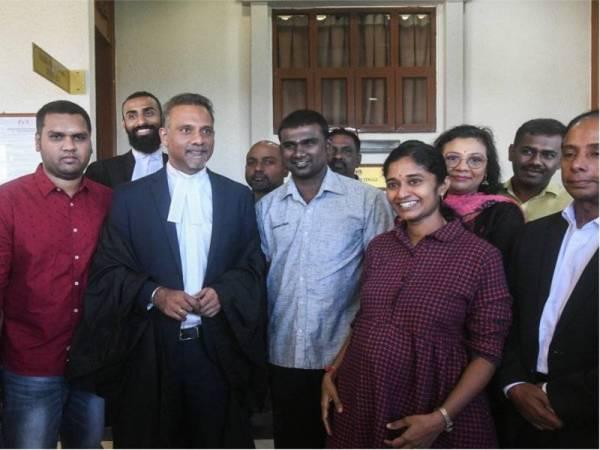 Mahkamah Tinggi hari ini melepas dan membebaskan lapan lelaki termasuk Ahli Dewan Undangan Negeri (ADUN) Gadek G. Saminathan, 35, (tengah) dan juruteknik S. Arivainthan, 28, (dua, kiri) daripada pertuduhan berkaitan kumpulan pengganas LTTE.- FOTO: BERNAMA