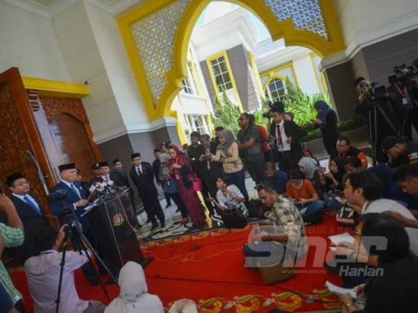 Datuk Pengelola Bijaya Diraja Istana Negara, Datuk Ahmad Fadil Shamsuddin ketika memberikan taklimat kepada petugas media di Istana Negara hari ini. - FOTO SHARIFUDIN ABDUL RAHIM