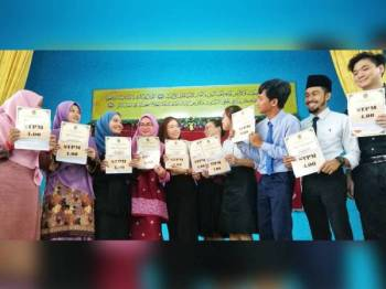 Seramai 10 pelajar dari SMK Sultan Sulaiman disini mendapat keputusan cemerlang dalam STPM 2019 yang diumumkan hari ini.