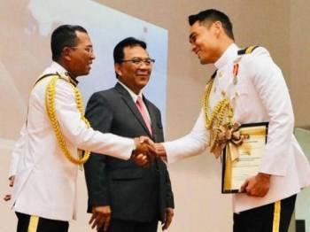 Hisyam ketika menerima penghargaan daripada APMM. - Foto Instagram Hisyam Hamid