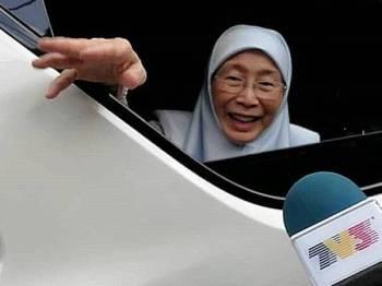 Wan Azizah menyapa media yang membuat liputan di pekarangan rumahnya sejak pagi tadi.