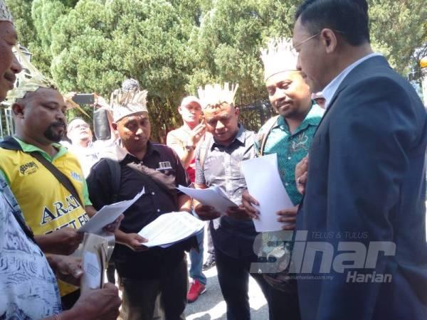 Rahman (dua dari kanan) menyerahkan memorandum kepada Borhan (kanan) di Bangunan Sultan Salahuddin Abdul Aziz Shah hari ini.
