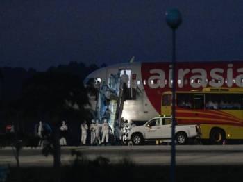 SEPANG - MISI KEDUA ... Seramai 66 individu yang dibawa pulang dari Wuhan, China selamat tiba di negara ini dengan menaiki pesawat khas AirAsia di Unit Kecemasan Udara (ADU), Lapangan Terbang Antarabangsa Kuala Lumpur (KLIA) hari ini. - Foto BERNAMA