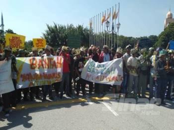 Masyarakat orang asli menghantar memorandum bantahan kepada kerajaan Selangor di Bangunan Sultan Salahuddin Abdul Aziz Shah hari ini.