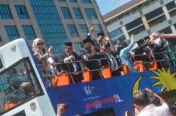Ahli-ahli Parlimen PKR disambut penyokong ketika keluar dari Istana Negara hari ini. Foto: SHARIFUDIN ABDUL RAHIM