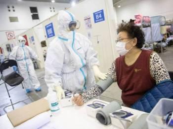 Pemeriksaan susulan yang dilakukan pesakit mendapati mereka kembali disahkan positif virus tersebut. - Foto AFP