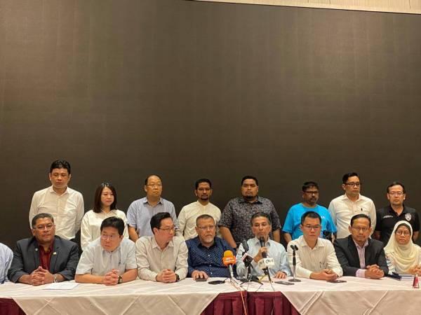 Syed Ibrahim (empat dari kanan) ketika sidang akhbar PH Johor di Hotel Grand Paragon malam ini.