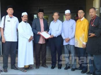 Abdul Rahman bertemu dengan Razak (empat dari kanan) dan wakil daripada Gabungan Masjid Wilayah Jengka di Indera Mahkota hari ini.
