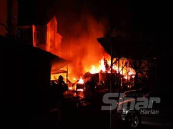 Api marak ketika anggota bomba dan penyelamat tiba di lokasi kebakaran di Taman Setapak, Kuala Lumpur awal pagi tadi.