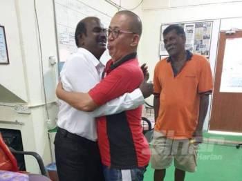 Pengundi DUN Seremban Jaya memeluk Gunasekaran (kiri) yang ditemui di pusat khidmatnya.