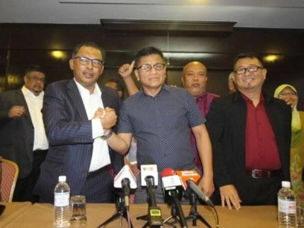 Idris bersalaman dengan Norhizam selepas sidang media khas pembetukan gagasan Perikatan Nasional Melaka, di Hotel MITC Ayer Keroh, di sini, hari ini.