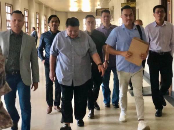 Tengku Adnan (dua dari kiri) hadir di Mahkamah Tinggi Kuala Lumpur bagi perbicaraan atas dakwaannya menerima suapan berjumlah RM2 juta daripada seorang ahli perniagaan pada 2016 lalu.