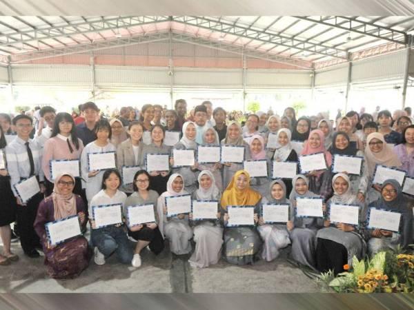Calon cemerlang SPM negeri Johor bergambar selepas menerima sijil pada Majlis Pengumuman SPM Peringkat Negeri Johor di SMK Mutiara Rini di sini hari ini.