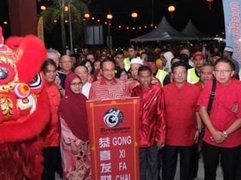 Hanafiah (tengah) pada Majlis Sentuhan Kasih Tahun Baharu Cina 2020 di Dewan Komuniti Cina, Kampung Mak Dayang, Kemaman yang disempurnakan Menteri Besar Terengganu, Datuk Seri Dr Ahmad Shamsuri Mokhtar baru-baru ini.