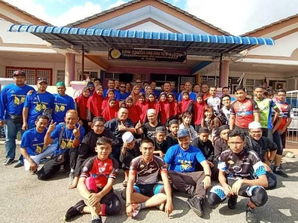 Sebahagian daripada kumpulan Sukarelawan Taman Banggol Indah dan KRT taman itu yang aktif turun padang menjayakan program bersama.