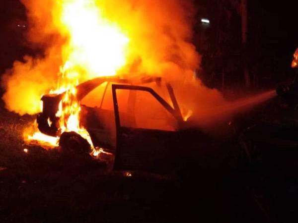 Anggota dari Balai Bomba dan Penyelamat Meru Raya melakukan operasi pemadaman kereta yang terbakar.