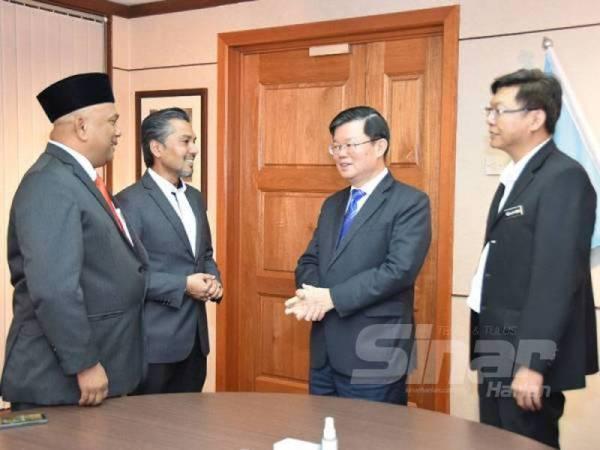 Kon Yeow (tengah) mengadakan pertemuan dengan Khaliq (dua dari kiri) dan Zolkifly (kiri) minggu lalu.