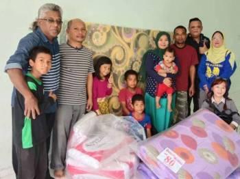 Bantuan diberikan kepada penduduk yang baru berpindah ke Taman Banggol Indah.