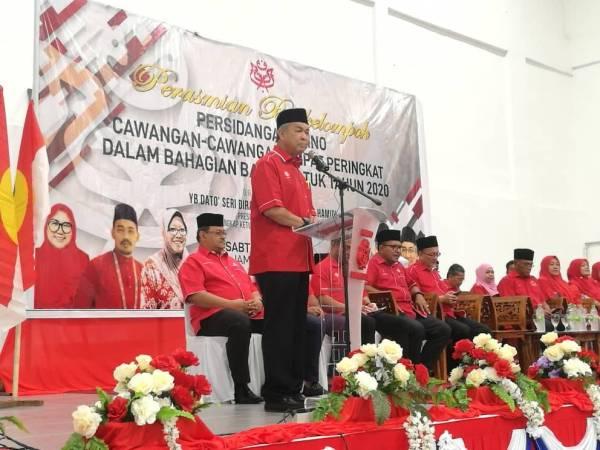 Ahmad Zahid ketika berucap merasmikan Persidangan UMNO Cawangan Empat Peringkat Dalam Bahagian Bagan Datuk Tahun 2020 di Dewan Perdana, Kompleks UMNO Bagan Datuk, di sini hari ini.