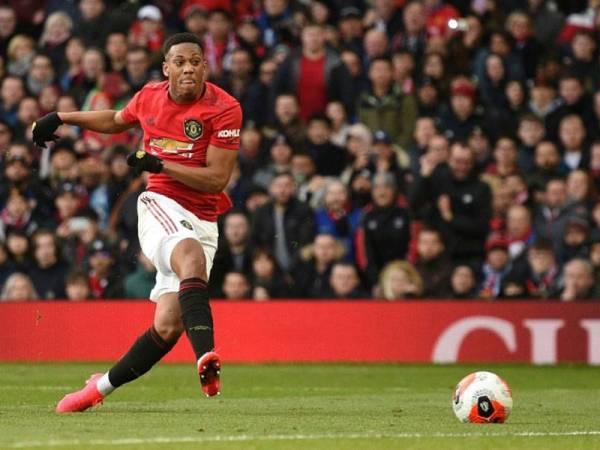 Penyerang Manchester United, Anthony Martial menjaringkan gol ketika menentang Manchester City di Old Trafford awal pagi tadi. -Foto AFP